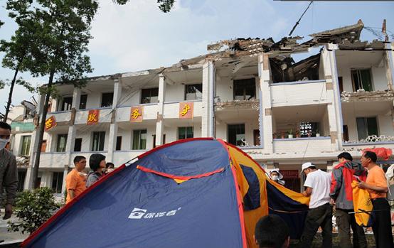 ▲ 2008年探路者救援小组亲自将物资发到汶川灾区同胞手里