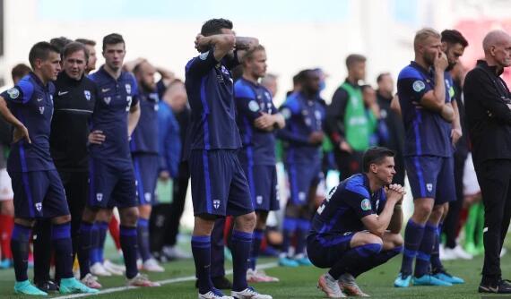 把国旗给你!芬兰球迷帮助救治埃里克森 各方一心