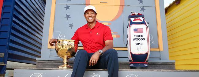伍兹在彩色小屋前与总统杯奖杯合影