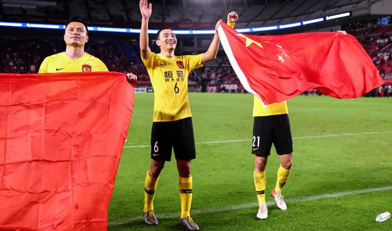 恒大众将客场高举国旗庆祝晋级