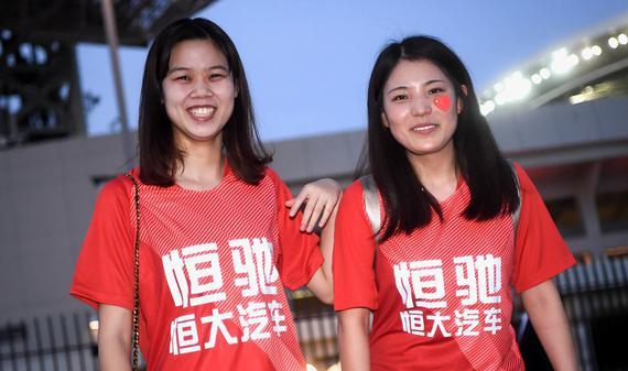 红色海洋!恒大美女球迷赴日本助威