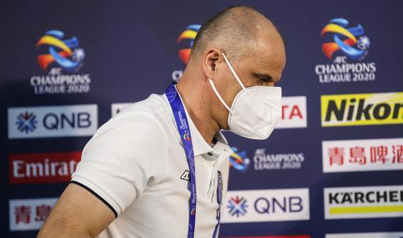 武里南联戴口罩出席赛前发布会