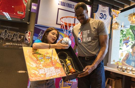 NBA传奇球星联手美女主播燃爆总冠军主题店