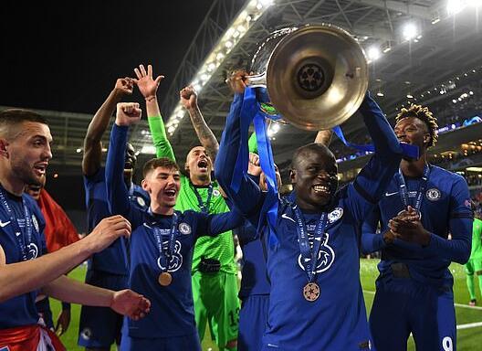 切尔西欧冠颁奖温馨一幕 队友托举起不起眼的巨人