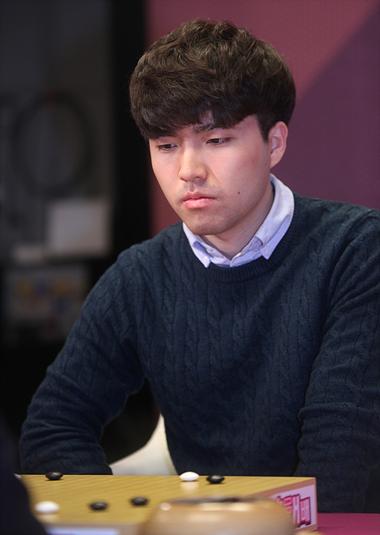 25岁以下棋手当中寻找最强者的2018皇冠海泰杯中,朴河旼四段夺得了冠军。