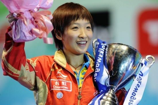 2009年,乒乓球女子世界杯决赛中,刘诗雯以4比3战胜队友郭跃,获得冠军。