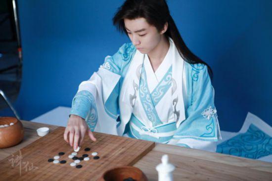 王俊凯摆拍下棋造型