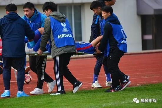 申花小将脚踝受伤被送往医院 犯规球员未获红黄牌
