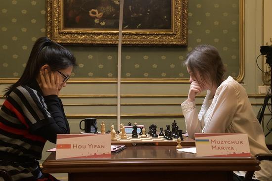 侯逸凡在冠军对抗赛中制服玛利亚-穆兹丘克