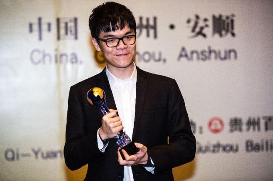 1月17日,柯洁在百灵杯世界围棋锦标赛颁奖仪式上领取冠军奖杯。新华社记者陶亮摄