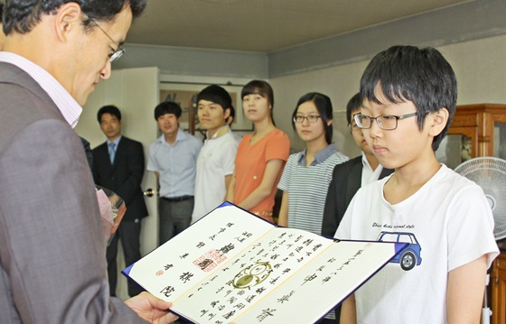 00年的申真谞就是韩国围棋的英才制度推荐起来的