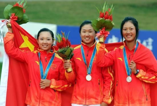 黎佳韵(左)与阎菁(中)和林希妤在广州亚运会赢得团体银牌