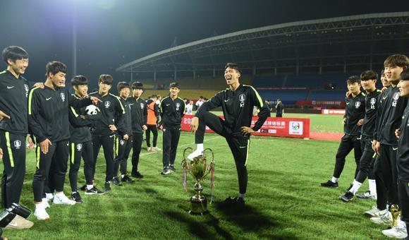$愤怒!韩国球员脚踩熊猫杯奖杯