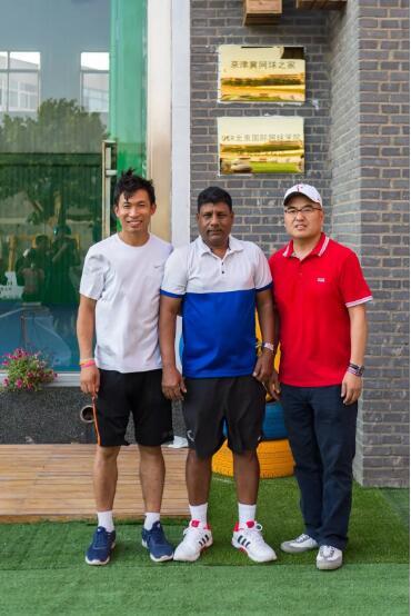 左起:河北源深体育健身服务有限公司总经理张自良、ROY、G&R国际网球学院院长高峰