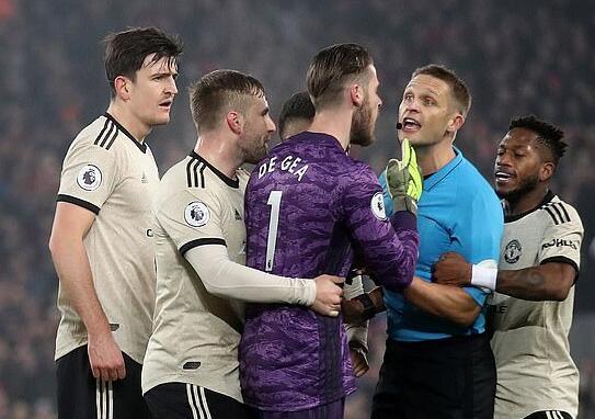 曼联遭英足总指控行为不端 对利物浦时围攻裁判