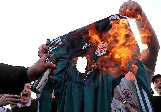 英球迷愤怒抗议欧超:火烧球衣 红军枪手已死