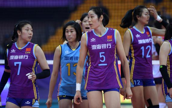 12月3日,天津渤海银行队球员朱婷(中)与队友在比赛结束后退场。新华社记者李俊东摄