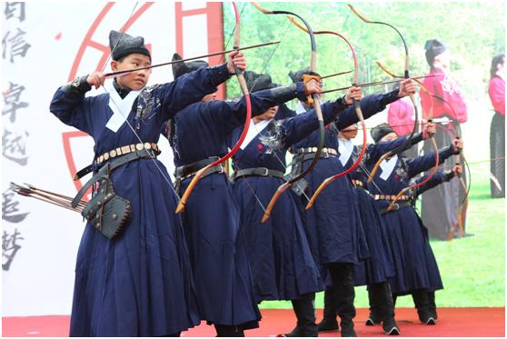 杨浦实验中学的门生进走射箭展现
