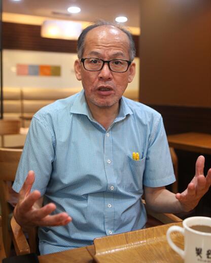 """▲ 闫民庸的正式职务是""""京乡新闻体育组组长""""。但是,他更以""""朝鲜语达人""""闻名于世。他所编写的《高傲的朝鲜语达人》系列图书大受读者的欢迎。这部图书竟然连续印刷了40余版。曾任韩国语文校验记者协会副会长的闫民庸曾在国立韩国语研究院的《标准韩国语大辞典》中找出几百个错误。2002年,他还在中学语文教科书中找出了数个错误。2005年,他还在国立中央博物馆的说明材料中找出了语法错误。因为这些功劳,他曾两次获得《韩国语文大赏》。"""