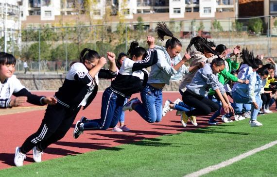 云南省鲁甸县龙头山镇龙泉中学学生在田径场上体育课。新华社记者胡超摄