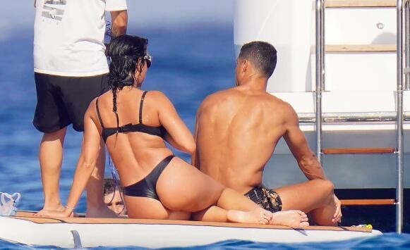 C罗与家人乘游艇度假 女友乔治娜展现圆润身材