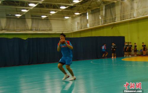 北京手球隊隊員在訓練中。邢蕊 攝