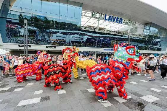 罗德拉沃尔广场前舞龙舞狮表演