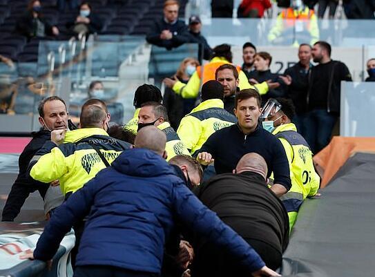 热刺一团糟成了烂摊子!球迷与保安冲突 抗议列维