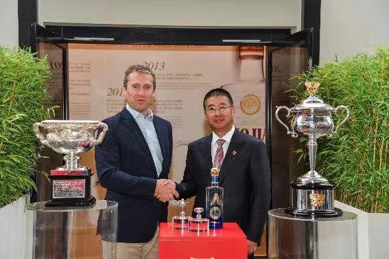 王洪波先生(右)、澳网首席上午执行官理查德·希斯格里夫先生(左)合影