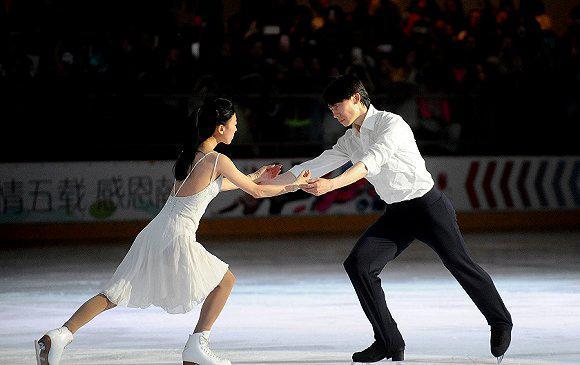 冰上情侣追梦再出发 佟健庞清夫妇携伴走入冰场