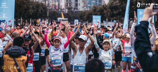 宜宾马拉松精英赛大受益评 三万跑者明年再聚酒都