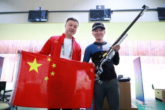 惠子程(右)和教练员杨勇在赛后庆祝