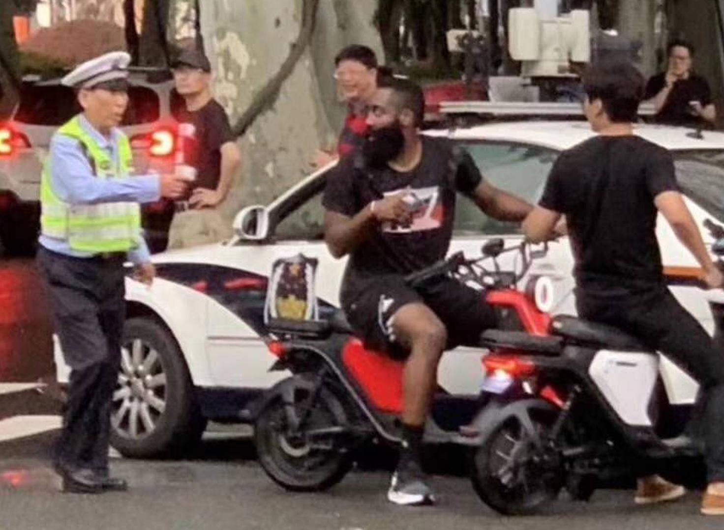 逗妹吐槽:上海交通委提示哈登:行车不规范……