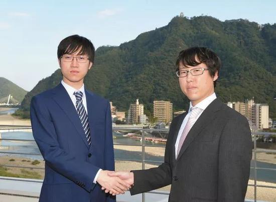 日本队两位成员