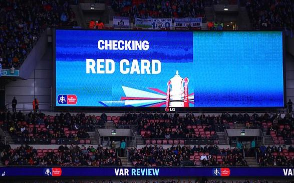 现场VAR表现,那时主裁判在查望是否是直接红牌