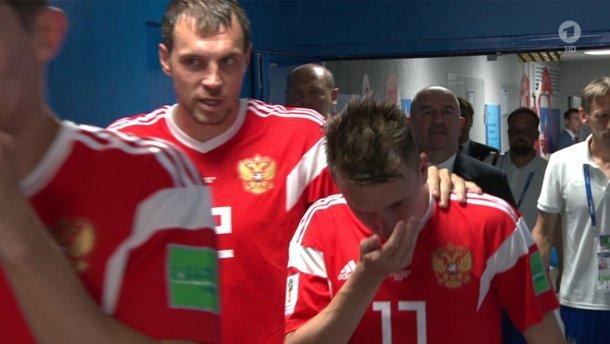 俄罗斯球员摸摸鼻子