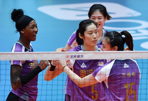 1月7日,天津渤海银行队球员朱婷(左二)在比赛中与队友庆祝得分。新华社记者李然摄