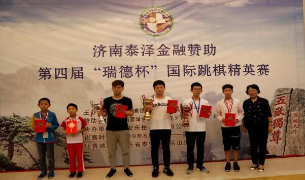 上图为瑞德棋苑及济南泰泽金融的代表李翠华女士为64格男子组前六名获奖棋手颁奖