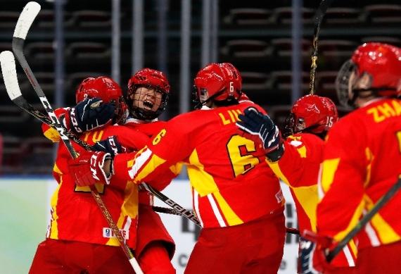 4月10日,中国女冰在对阵波兰队的比赛中庆祝球队的第三粒进球。 新华社记者王丽莉摄