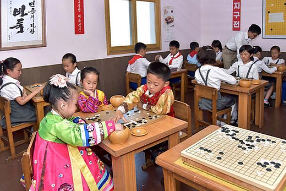 ▲ 在平壤围棋院学习围棋的孩子们。在体育指导委员会的指导下,各道均有围棋培训机构。