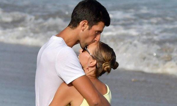 高清-德约科维奇与妻子漫步深情对视