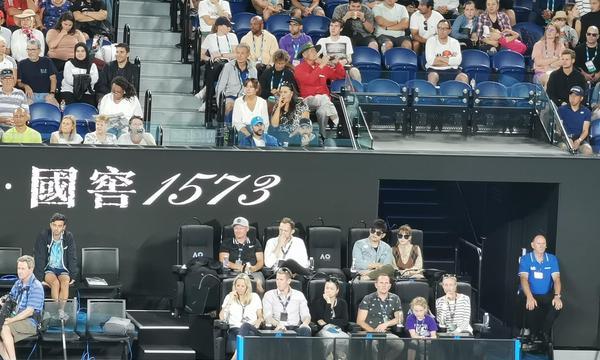 高清-周杰伦昆凌观战澳网费德勒比赛