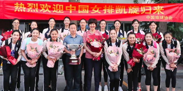 中国女排王者凯旋 用金牌的光辉为国旗添彩