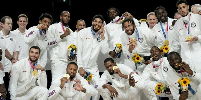男籃頒獎儀式 美國隊眾將合影展示金牌