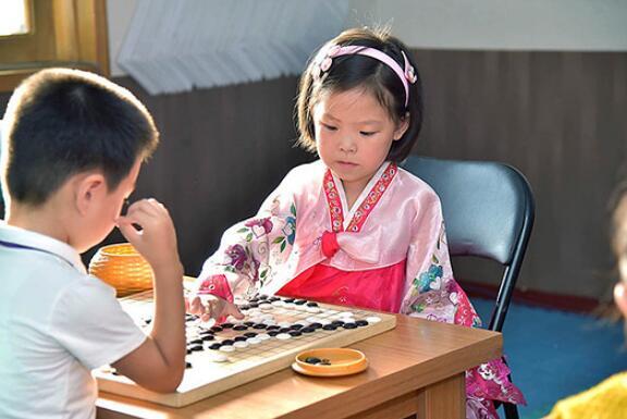 ▲ 朝鲜儿童学习围棋