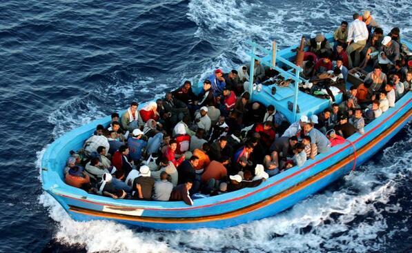给球员播放救助难民的录像