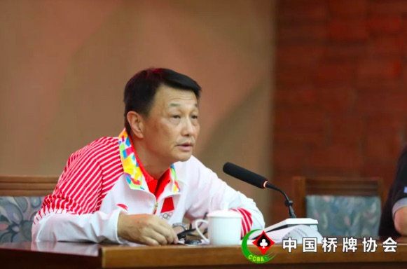 棋牌中心副主任、第18届亚运会中国桥牌队领队葛峰主持会议
