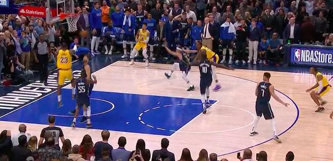 【影片】湖人進加時壓哨3分先犯規!Howard拉拽Curry球衣延誤  可惜裁判都在注意詹姆斯!