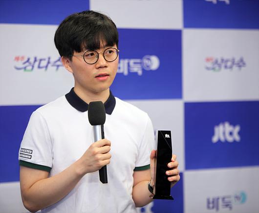 卞相壹胜负手击败申旻埈 首夺JTBC杯直升九段
