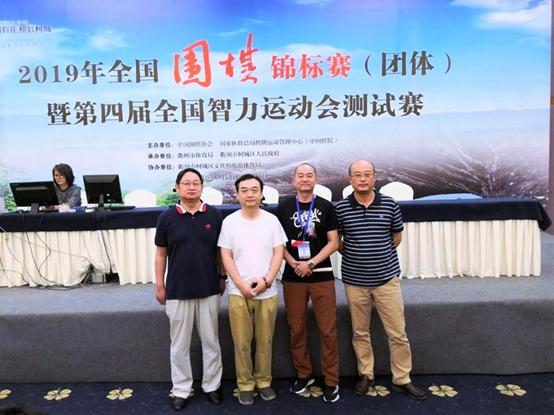 南京慕道亿高队教练丁波(左二)